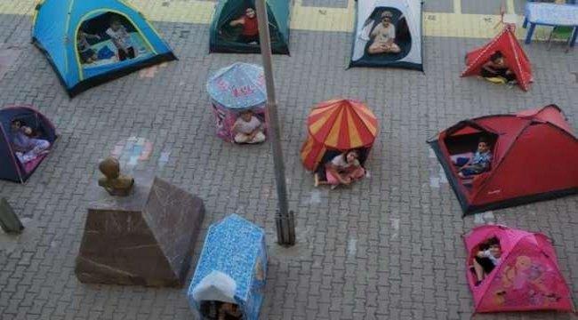Pandemi döneminde evde sıklan çocuklar çadırda ders işledi